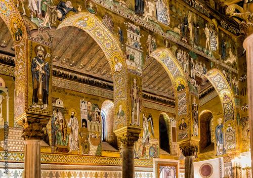 Fototapeta Saracen arches and Byzantine mosaics within Palatine Chapel of the Royal Palace in Palermo, Sicily, Italy obraz