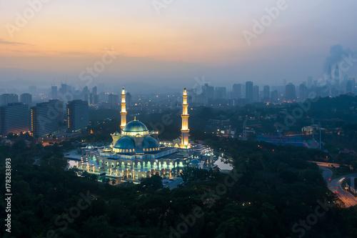 Zdjęcie XXL Widok z lotu ptaka Federalnego terytorium meczet podczas wschodu słońca. Federal Territory Mosque to główny meczet w Kuala Lumpur w Malezji