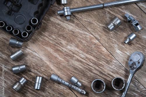 Zdjęcie XXL stół z drewna ze starymi narzędziami z grzechotkami