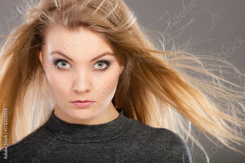 Plakat Atrakcyjna blondynki kobieta z windblown włosy
