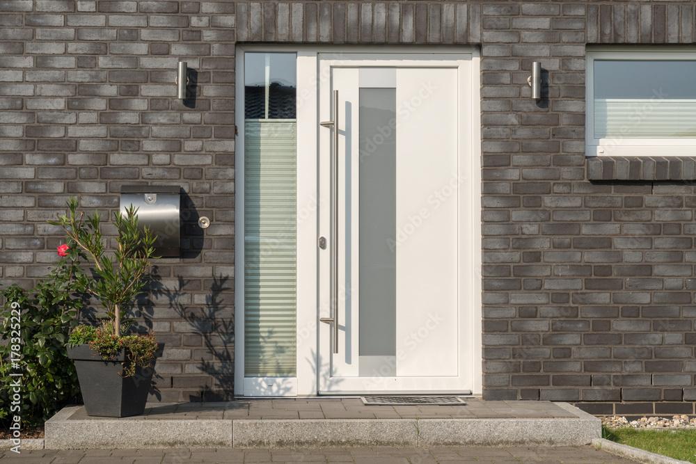 Fototapeta Moderne weiße Haustür mit Glaselementen