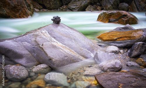 szybko-plynaca-woda-w-rzece-verzasca-szwajcaria