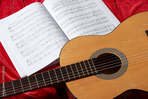 Fototapeta gitara akustyczna i nuty na czerwonym tkaniny, Zamknij widok obiektów