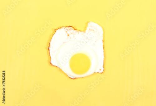 Foto op Aluminium Gebakken Eieren яичница лежит на ярком фоне