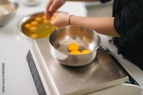 Fototapeta Szef kuchni piekarni gotować piec w kuchni profesjonalny