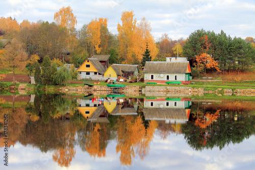 Plakat jesień w wiosce