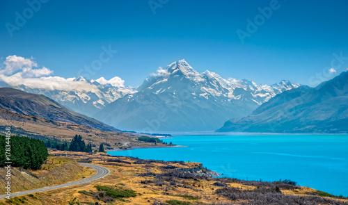 Photo  Mount Cook and lake Pukaki. Otago, New Zealand