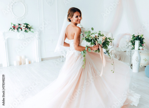 Fotografía beautiful bride in a luxurious dress in eco-style