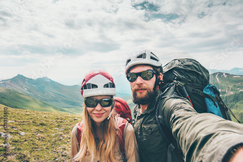 Zdjęcie XXL Para turystów Mężczyzna i Kobieta razem biorąc selfie wspinaczka w górach Koncepcja życia Travel Concept turystów na sobie narzędzi hełm