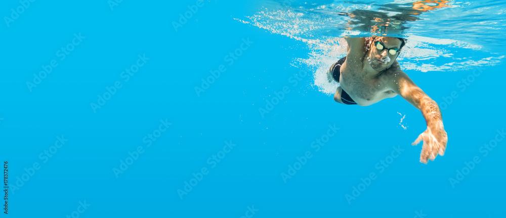 Fototapety, obrazy: Schwimmen unter Wasser Mann blau Kraulen Training