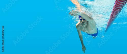 Schwimmen unter Wasser Mann blau Kraulen Training