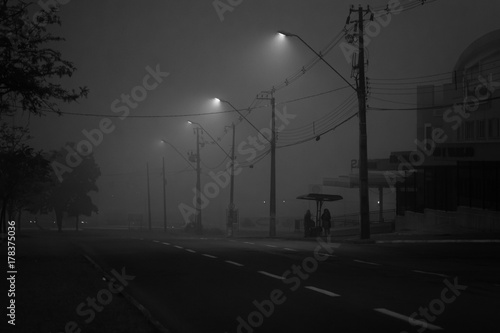 Zdjęcie XXL świt pod mgłą w mieście