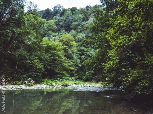 Zdjęcie XXL na brzegu górskiej rzeki