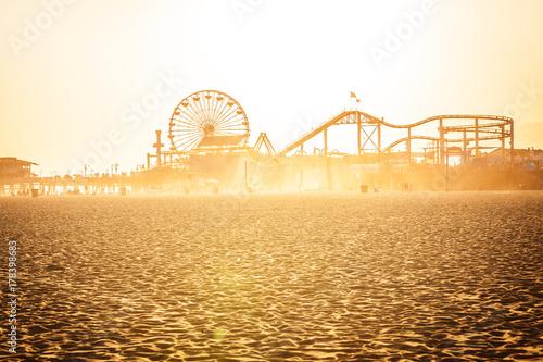 Foto auf Leinwand Bekannte Orte in Amerika Golden sunset on Santa Monica beach