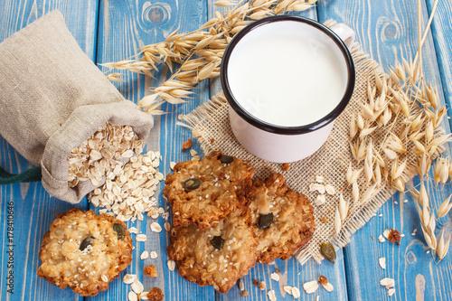 Plakat Skorupia owsiane ciasteczka, składniki do pieczenia i kłosy owsa, pojęcie zdrowego deseru