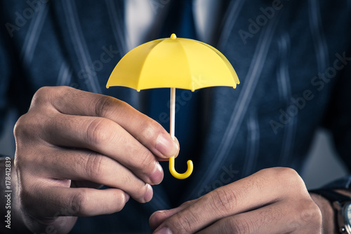Photo 黄色い傘を持っているビジネスマン