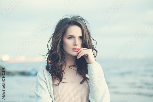 Zdjęcie XXL Młoda kobieta na zewnątrz. Piękna dziewczyna spaceru na wybrzeżu