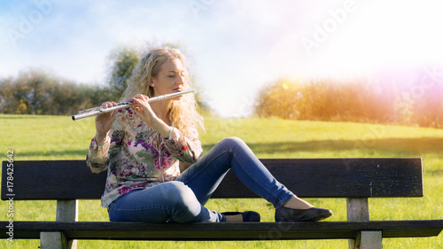 Obraz na płótnie Młoda kobieta gra na flecie.