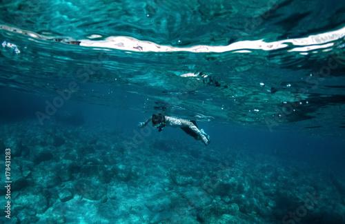 Foto op Plexiglas Duiken Junger Mann schnorchelt im Meer