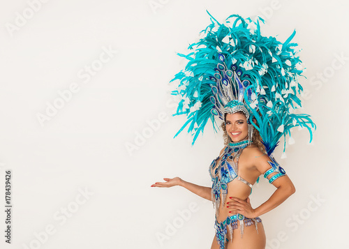 Cadres-photo bureau Carnaval Beautiful brazilian samba dancer smiling and showing something - Copy space
