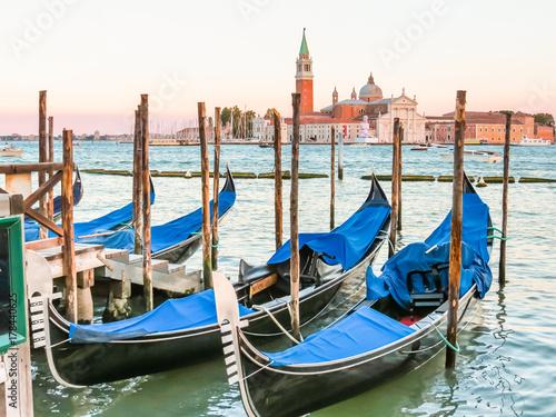 Türaufkleber Gondeln Gondolas moored in the Venetian lagoon