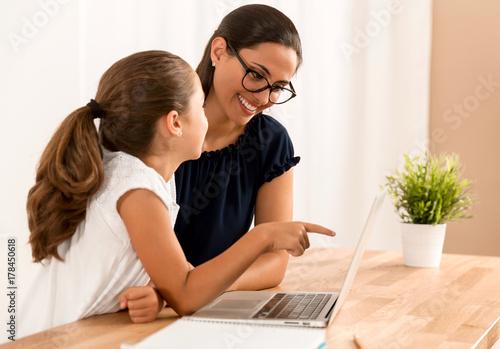 Fényképezés Helping with homework