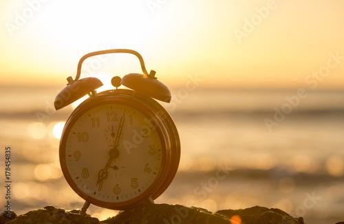 Fototapeta Budzik nad morzem o świcie