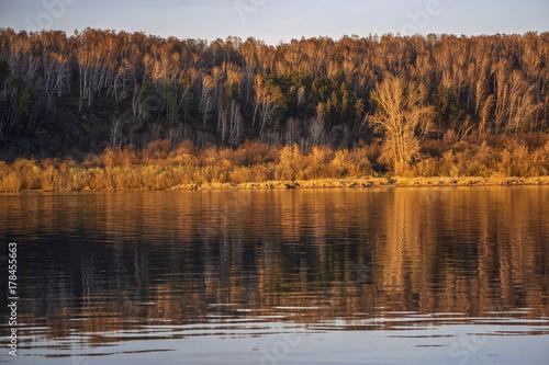 Plakat Jesień zmierzch z rzecznym i lasowym odbiciem
