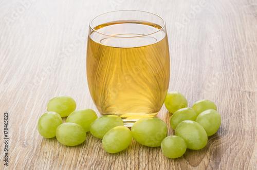 Fototapeta Jagodowy winogrono i szkło gronowy sok na stole