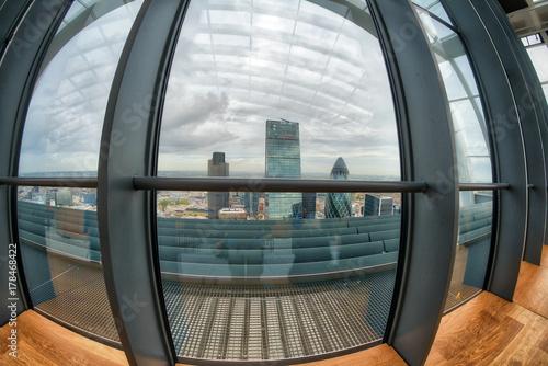 Zdjęcie XXL Londyńska nowożytna linia horyzontu przez dużych okno