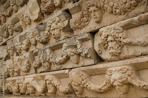 Plakat Szczegół od ściany przy Romańskim antykwarskim miastem Aphrodisias, Turcja