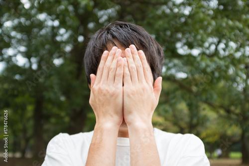 顔を手で覆う男性 Stock 写真 | Adobe Stock