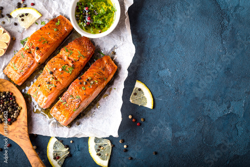 Foto auf Leinwand Fisch Delicious fried salmon fillet