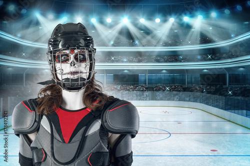 Plakat Wesołego Halloween. hokeista w kasku hokejowym i maska z balonem na tle lub w tle pola hokejowego. Dzień Wszystkich Świętych