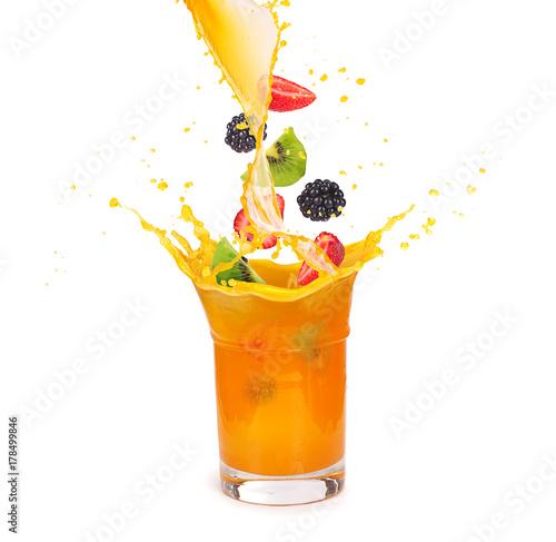 Fototapeta Sok pomarańczowy w szklance z owocami: kiwi, jeż i truskawki na białym tle