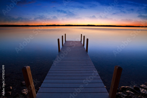 Fotografía Relaxing view of dock going out onto Torch lake in northern Michigan