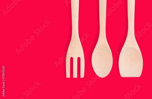 Plakat drewniane naczynia kuchenne na białym tle, obejmują ścieżkę przycinającą