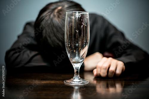 Valokuva 酔いつぶれる男性