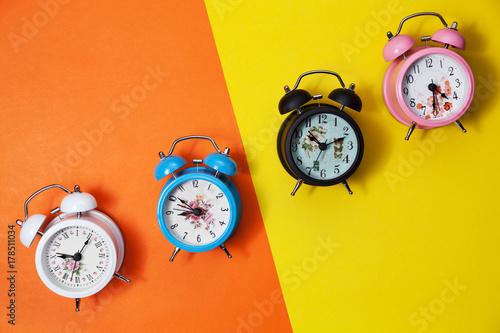 Zdjęcie XXL Mieszkanie nieatutowy retro piękny nowy budzik na słodkim kolorowym papierowym pastelowego koloru tle