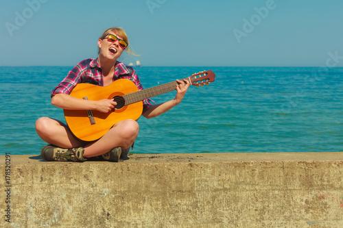 Fototapeta Młoda kobieta z gitarą plenerową