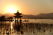 canvas print picture - Chinesischer Tempel in West-See mit Sonnenuntergang, China