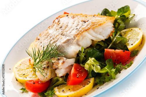 Fototapeta Danie rybne - smażony filet z ryby i warzywa