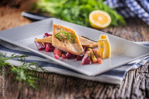 Fototapeta Pstrąg rybny. Porcja Wędzony filet z pstrąga z koprem warzywnym i cytryną. Ryba z sałatka jarzynowa na talerzu w hotelu lub restauracji