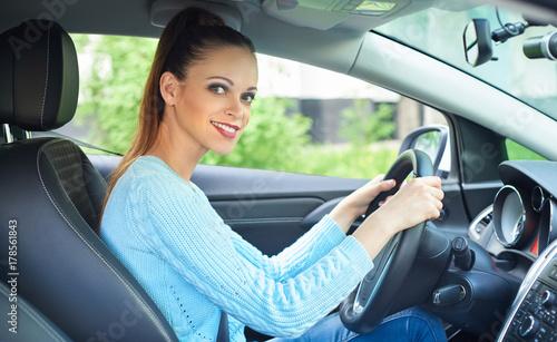 Zdjęcie XXL dość uśmiechnięta dziewczyna jazdy samochodem