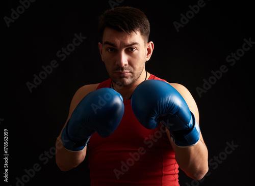 Plakat człowiek w rękawice bokserskie