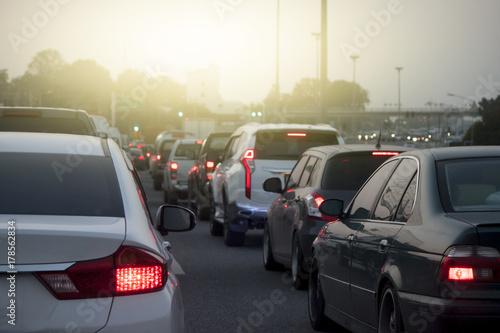 Zdjęcie XXL Samochody na drodze zmierzające w kierunku celu podróży. i zatrzymać się w korku na drodze.