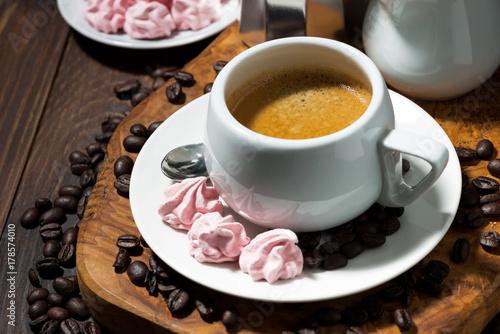 Plakat świeże espresso i różowe bezy, widok z góry