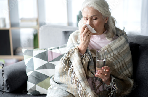 Fotomural Senior lady suffering from flue at home