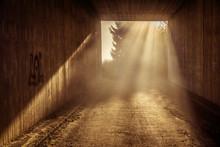 Gespenstische Lichtstimmung Im Dunklen Tunnel
