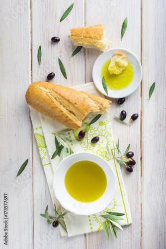 Aceite de oliva virgen extra especias hierbas y condimentos para una comida sana Canvas Print